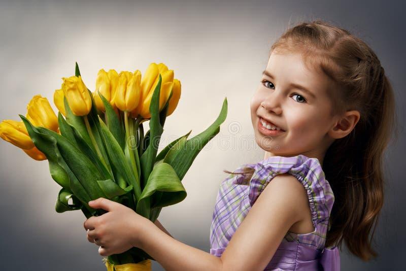 Schöner tragender Wreath Blume des jungen Mädchens stockbilder