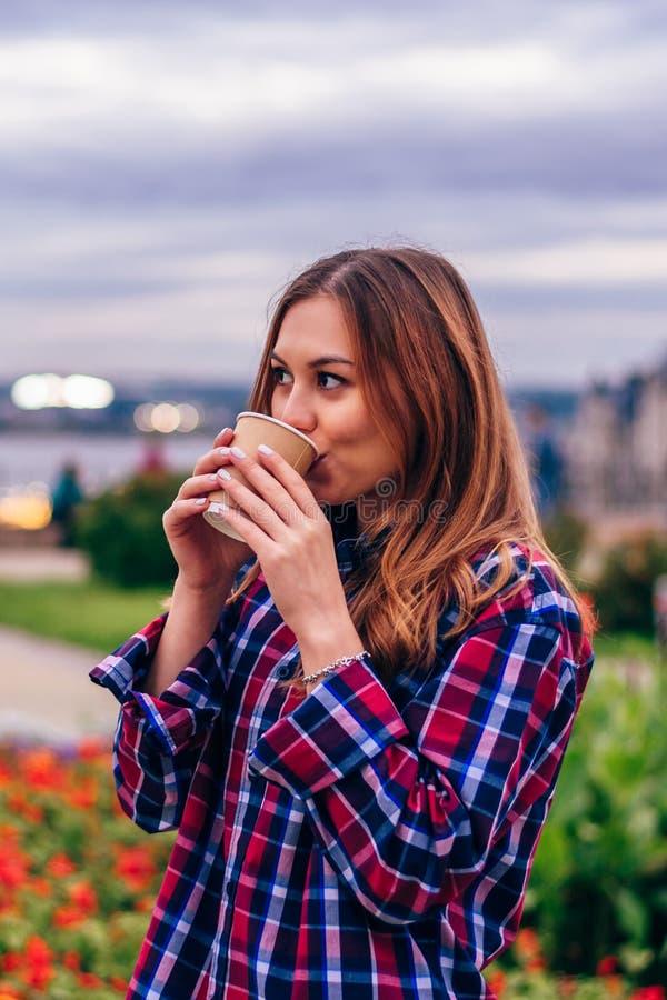 Schöner trinkender Kaffee der jungen Frau lizenzfreies stockbild