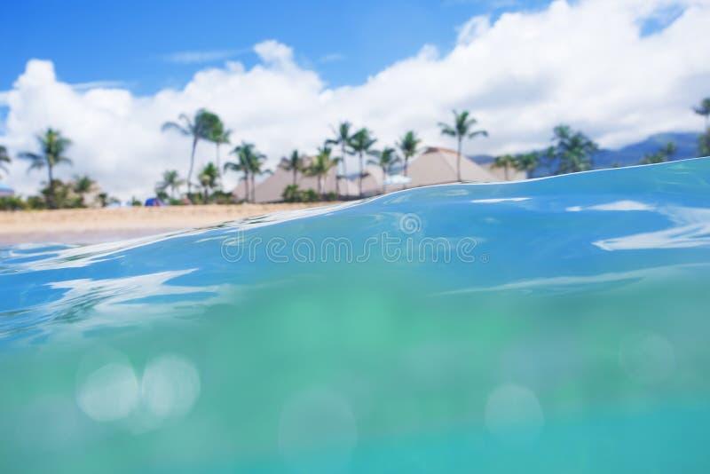 Schöner tropischer Inselstrand Ansicht vom Ozean stockfotografie