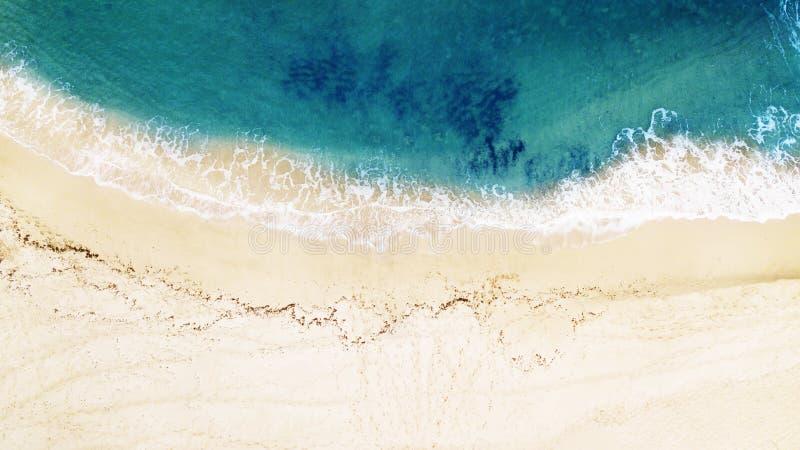 Schöner tropischer leerer Strand und Meereswellen Schattenbild des kauernden Geschäftsmannes lizenzfreie stockfotos