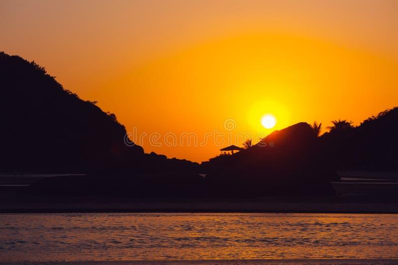 Schöner tropischer Sonnenuntergang in Goa, Indien lizenzfreies stockfoto