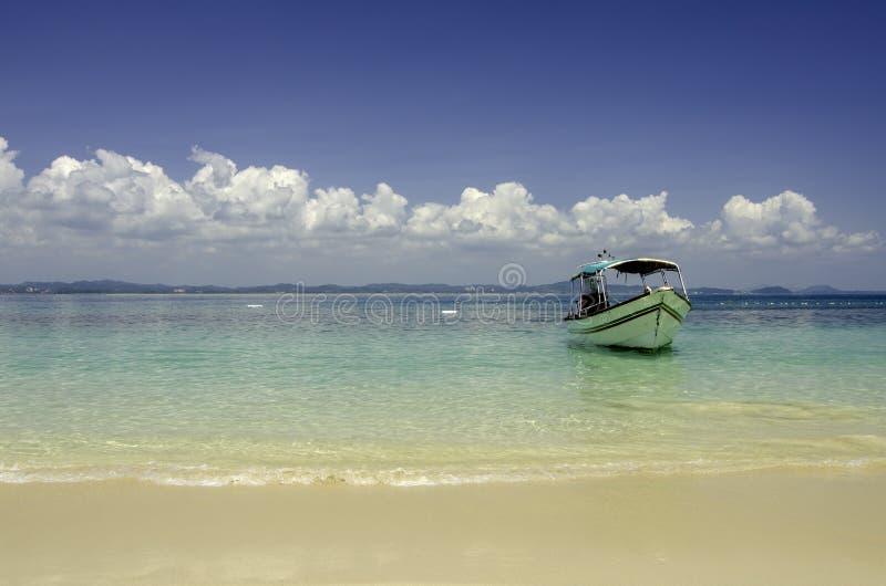 Schöner tropischer Strand in Kapas-Insel, Malaysia touristisches Boot verankert mit Hintergrund des blauen Himmels und haarscharf stockbilder
