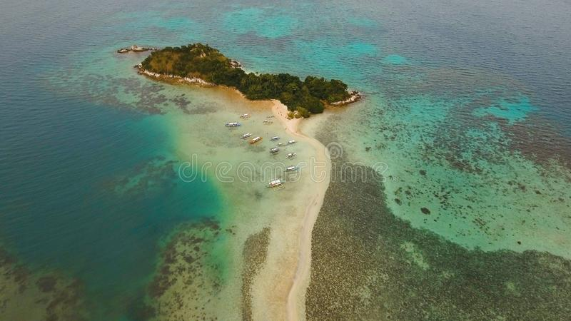 Schöner tropischer Strand, Vogelperspektive Tropische Insel lizenzfreie stockfotos