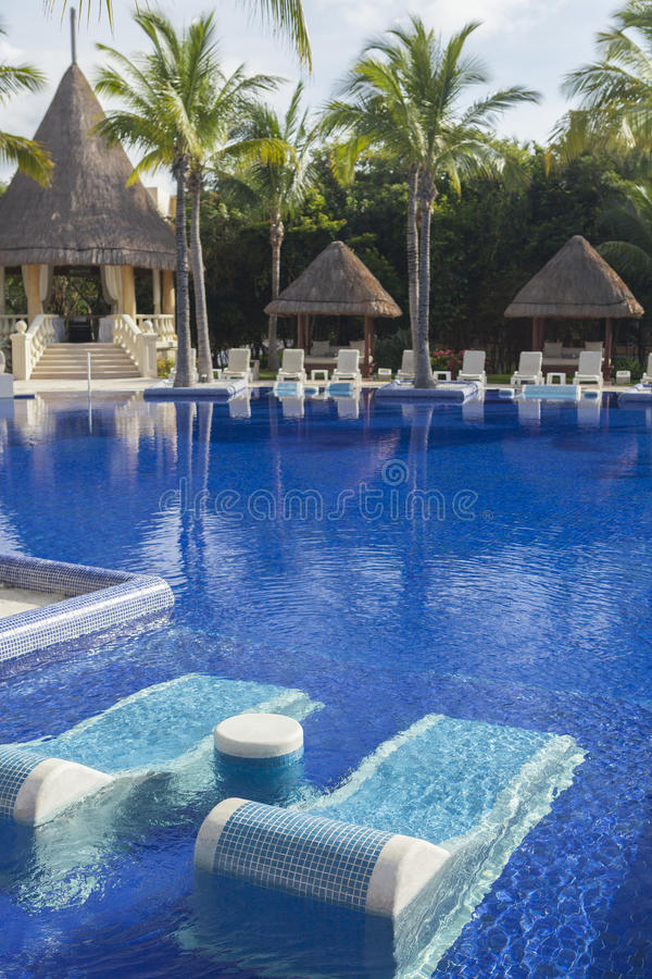 Schöner tropischer Swimmingpool stockbilder