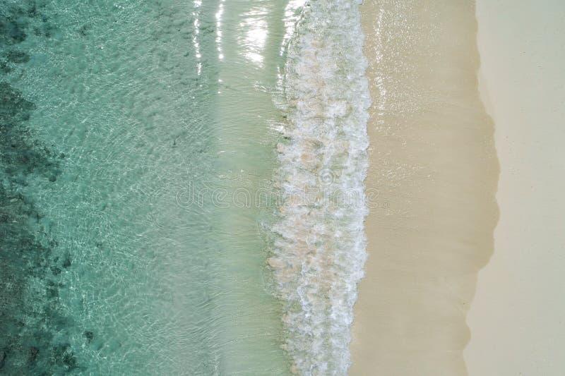 Schöner tropischer weißer leerer Strand und Meereswellen gesehen von oben Seychellen-Strandvogelperspektive lizenzfreie stockfotografie