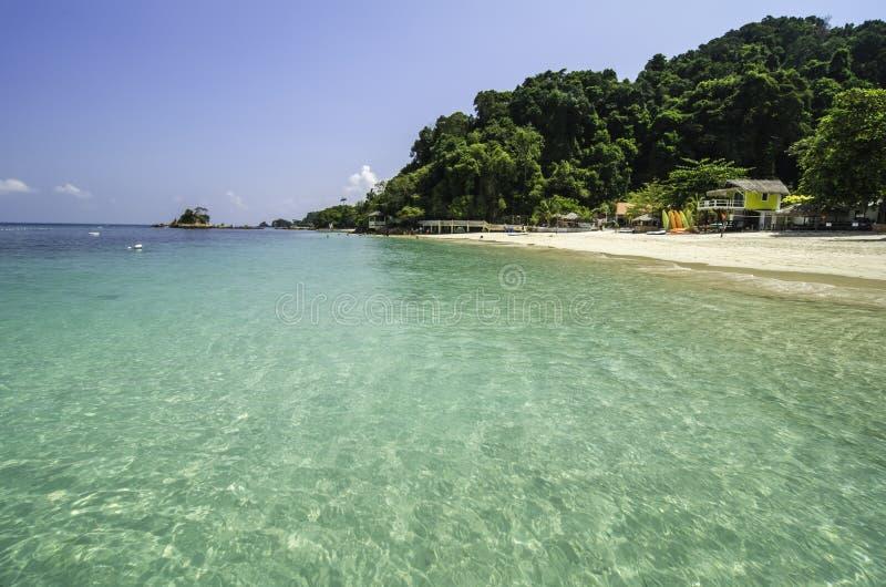 Schöner tropischer weißer sandiger Strand mit haarscharfem blauem Wasser und blauer SK stockfotos