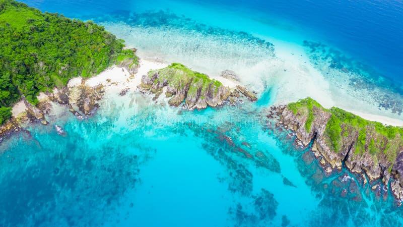 Schöner tropischer weißer Sandstrand und Schnorchel poi der Vogelperspektive lizenzfreies stockfoto