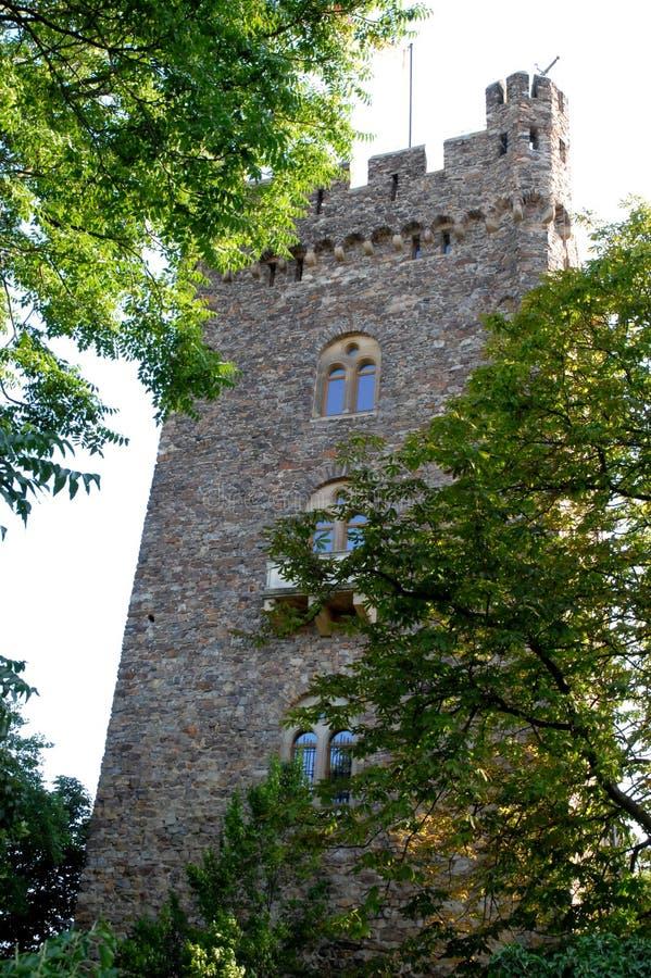 Schöner Turm mit drei zweiflügeligen Fenstern nahe Bingen im Rhein-Tal in Deutschland lizenzfreie stockfotos