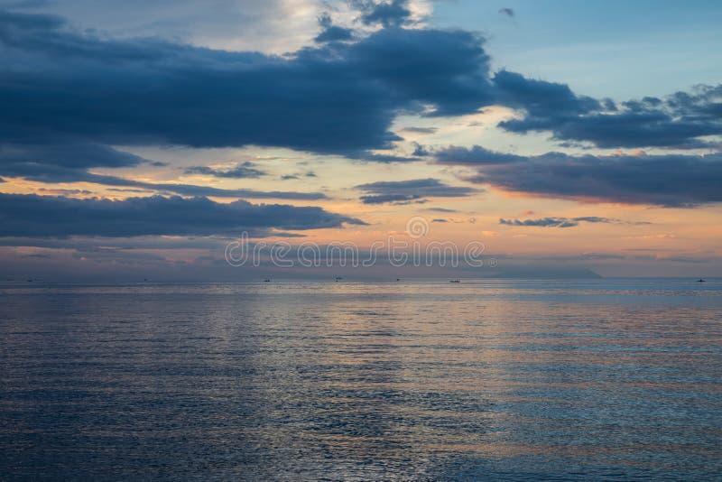 Schöner und bunter Sonnenuntergang über Ruhe stockbilder