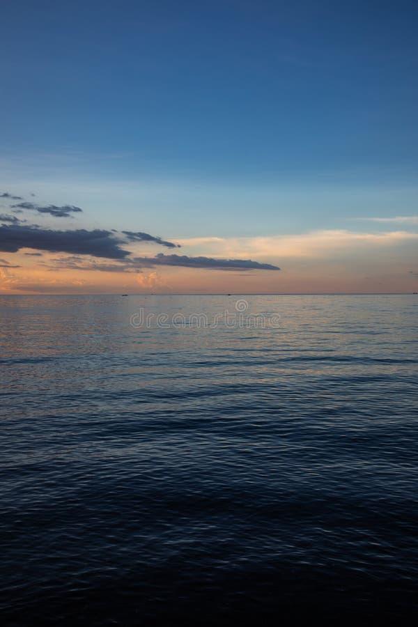 Schöner und bunter Sonnenuntergang über Ruhe stockbild
