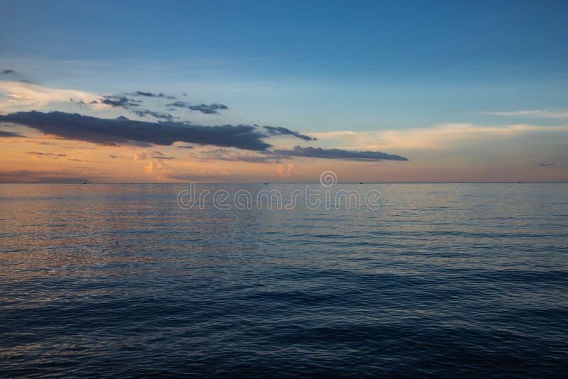 Schöner und bunter Sonnenuntergang über Ruhe lizenzfreies stockfoto