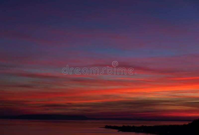 Schöner und bunter Sonnenuntergang auf Fluss Volga stockbilder