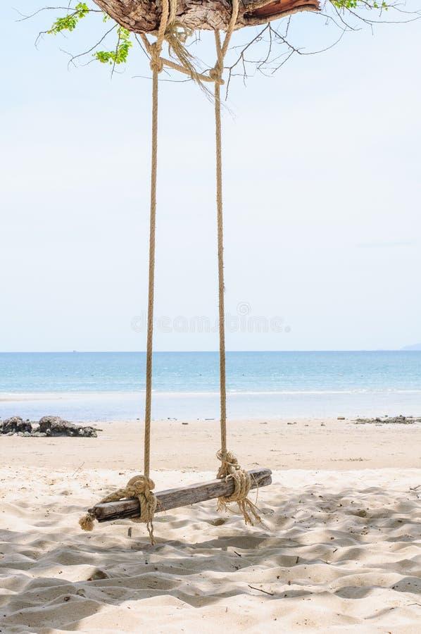 Schöner und des Schwingens tropischer Strand lizenzfreies stockbild