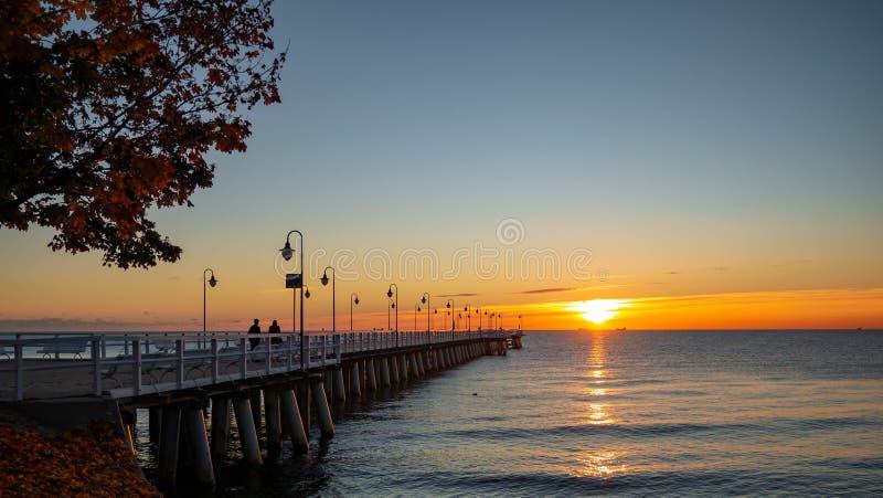 Schöner und erstaunlicher Sonnenaufgang auf dem Pier an der Küste, Gdynia stockfotografie