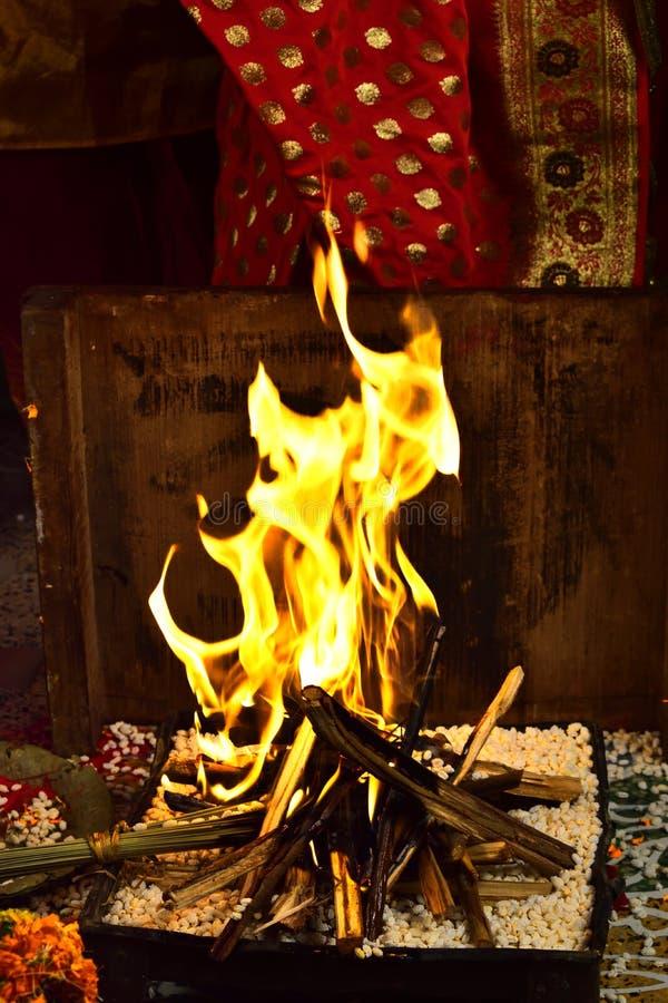 Schöner und heiliger Feuerplatz für vedic Hochzeit stockbilder