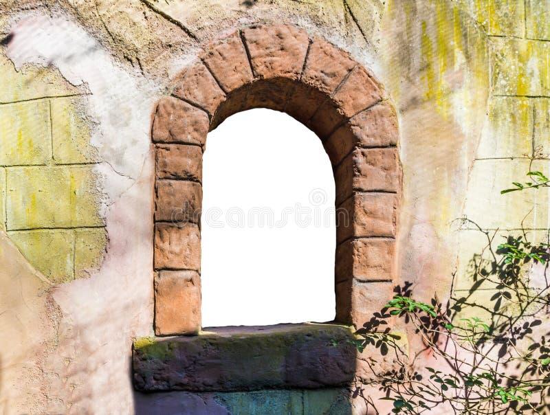 Schöner und romantischer offener leerer Schlossturm-Fensterrahmen lokalisiert auf weißer Märchenhintergrundbeschaffenheit lizenzfreie stockfotografie
