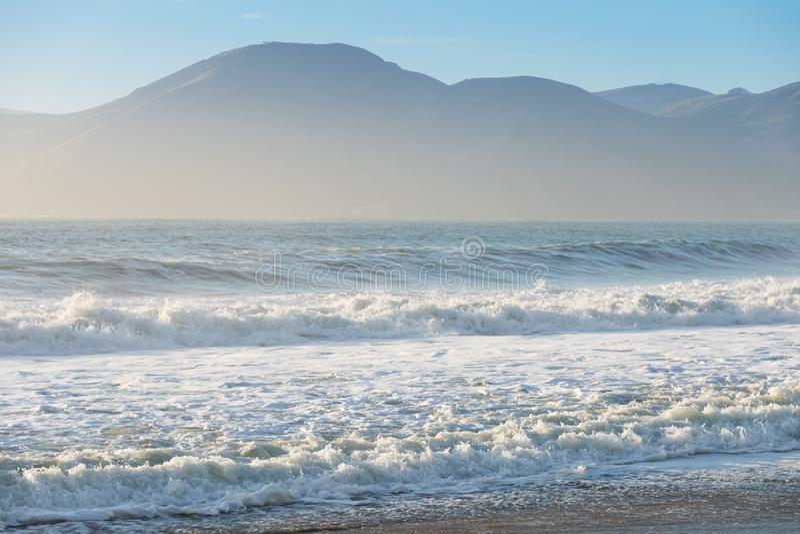 Schöner und romantischer Sommerstrand in Kalifornien, USA Sonnenuntergang in Kalifornien - Wellen und Sonnenschlagen dieses schön lizenzfreie stockfotografie