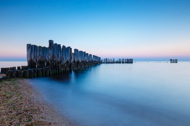 Schöner und ruhiger Sonnenuntergang über dem Meer stockbild