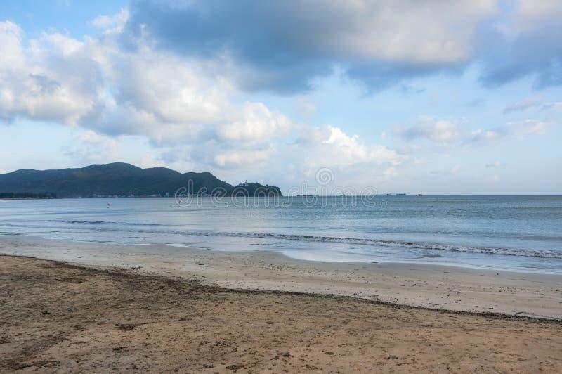 Schöner und ursprünglicher Strand, das Meer von †‹â€ ‹Vietnam, weiße Wellen, mit gelbem Sand und in Sommerteil 2 entspannend lizenzfreies stockbild