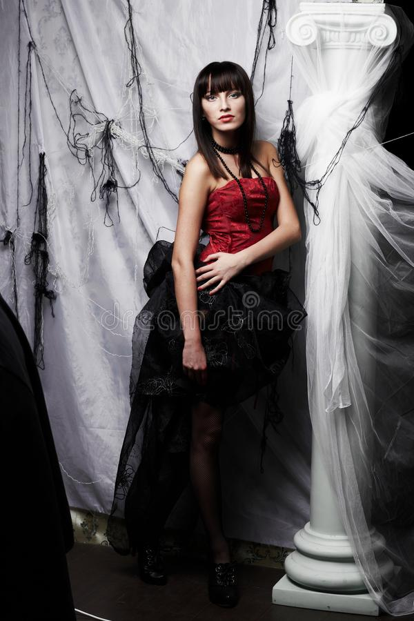 Schöner Vampir auf Halloween-Party stockbild