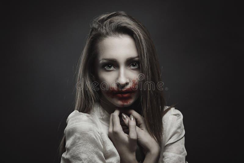 Schöner Vampir mit unschuldigen Augen stockfotografie