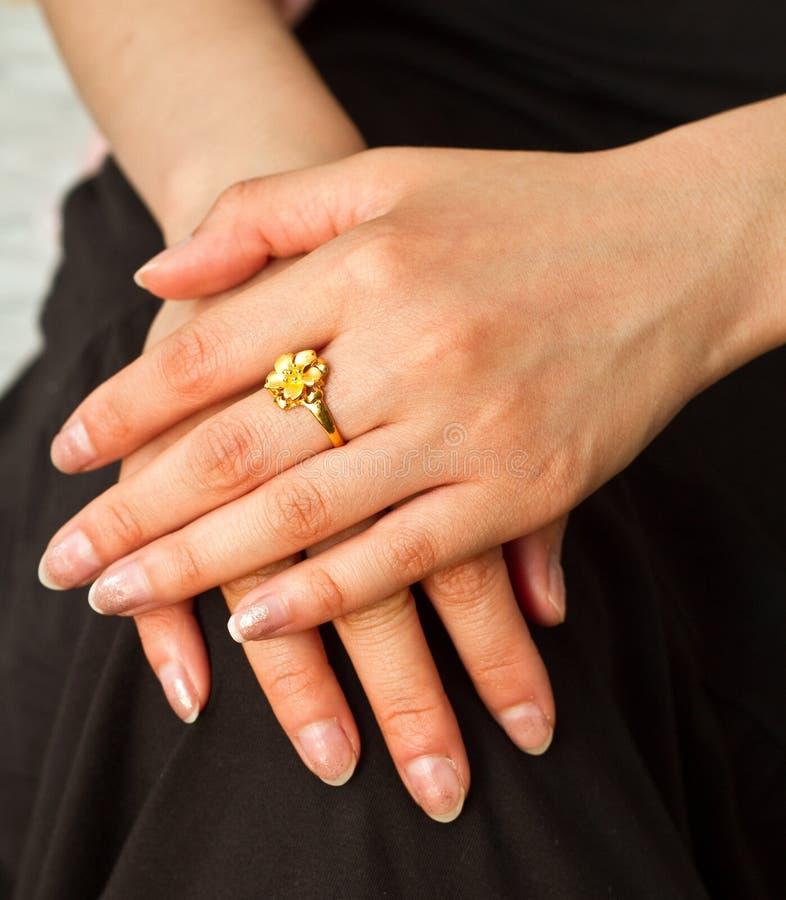 Schöner Verlobungsring Auf Dem Finger Einer Tochter