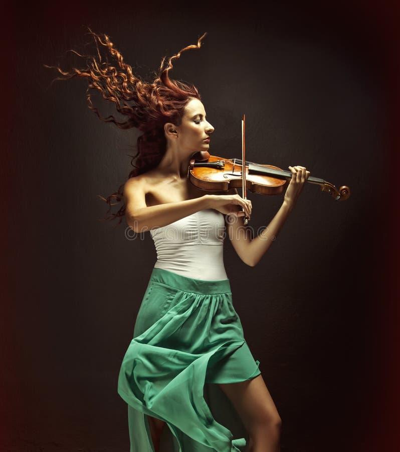 Schöner Violinist lizenzfreie stockfotos