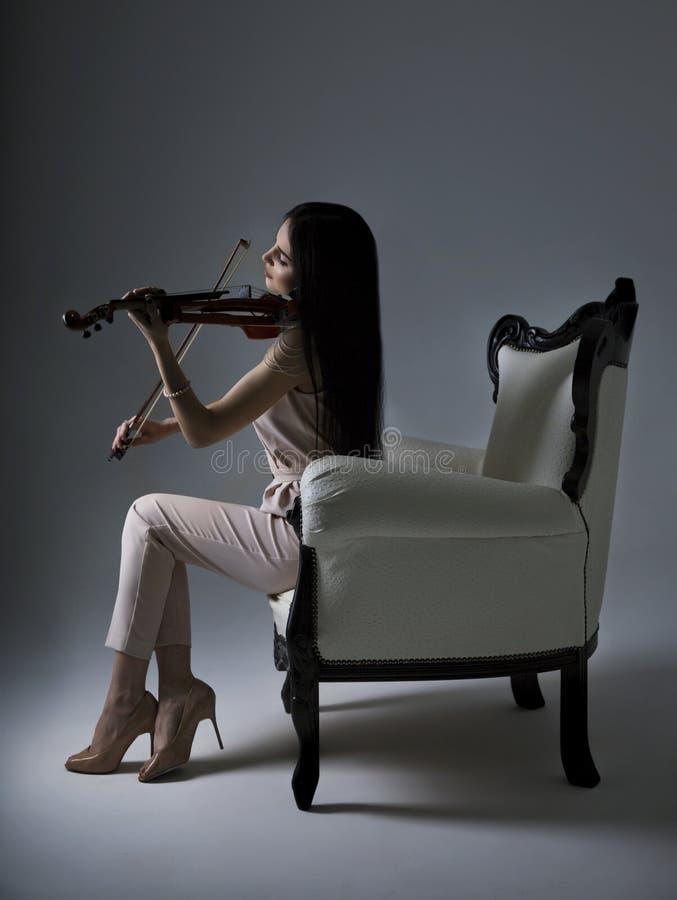 Schöner Violinist Woman, das elektrische Violine auf weißem backg spielt stockfoto
