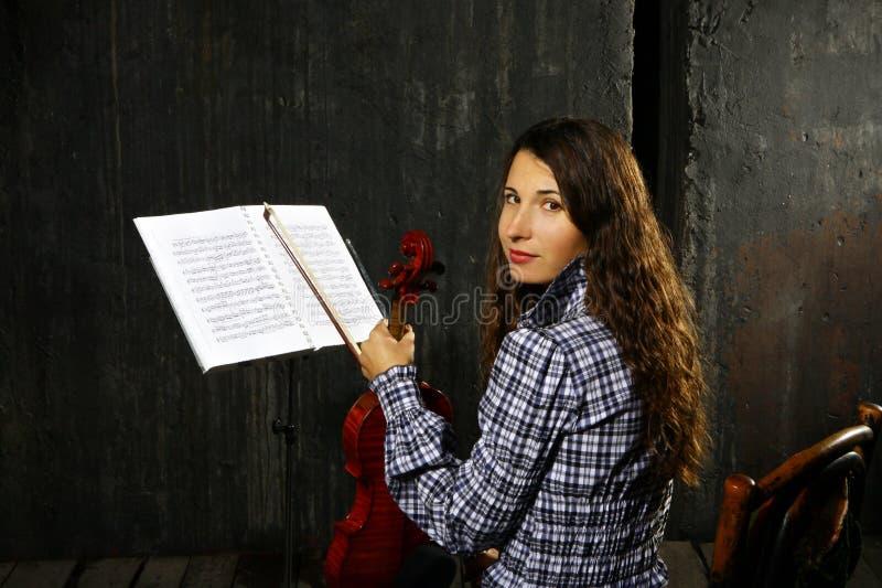 Schöner Violinistmusiker stockfoto