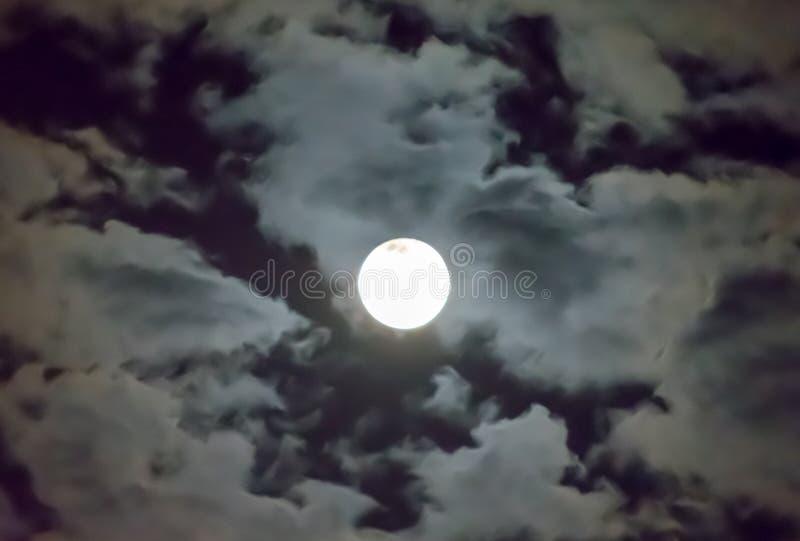 Schöner Vollmond und weißer Hintergrund des bewölkten Himmels im Mitternachtshimmelhintergrund, Mondschein auf Halloween-Nacht oh lizenzfreie stockfotos