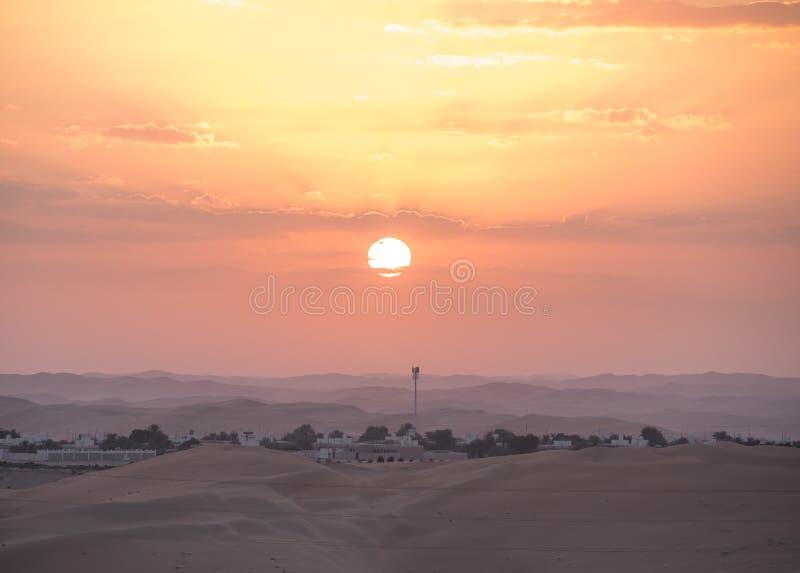 Schöner Wüstensonnenaufgang über einem beduinischen Dorf stockbild