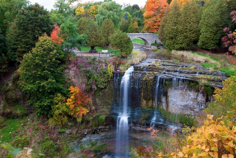 Schöner Wasserfall in den Herbstfarben stockfoto