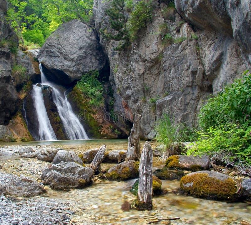 Schöner Wasserfall in der Montierung Olymp stockbild
