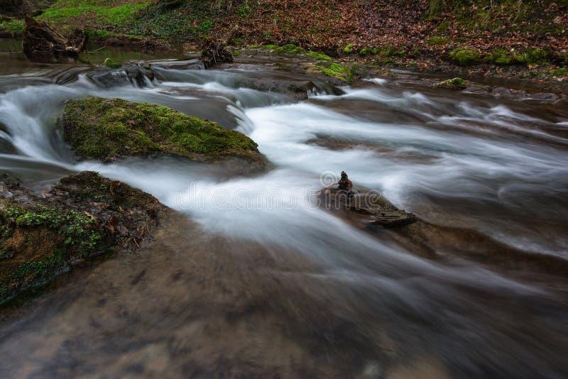 Schöner Wasserfall Dokuzak und Fluss in Strandzha-Berg, Bulgarien Ist ein grünes Feld voll der Weizenanlagen stockfoto