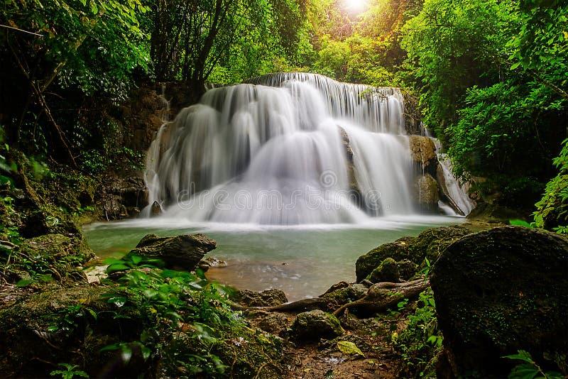 Schöner Wasserfall im Nationalparkwald bei Huai Mae Khamin Waterfall Kanchanaburi Thailand stockfoto