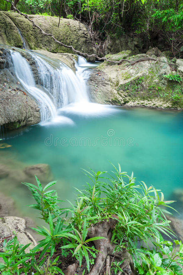 Schöner Wasserfall in Kanchanaburi (Huay Mae Kamin) lizenzfreie stockbilder