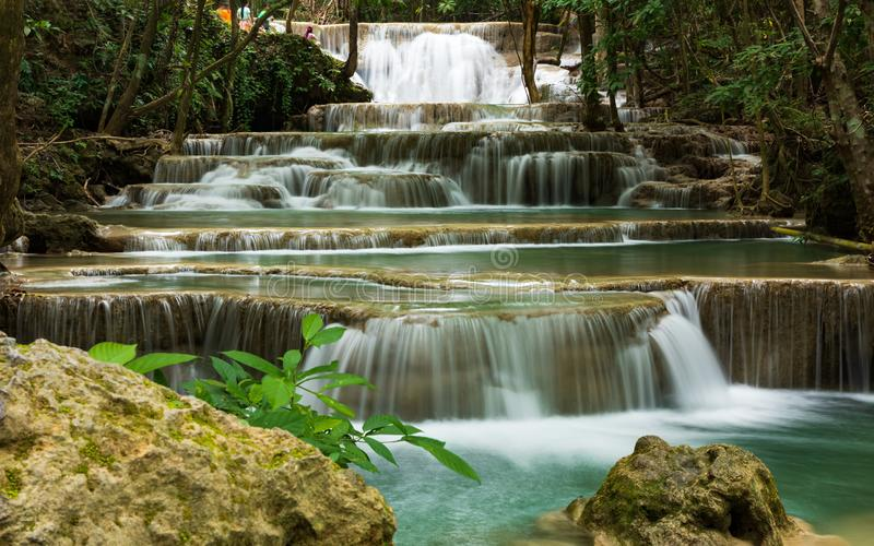 Schöner Wasserfall in Kanchanaburi-Provinz, Thailand: Huay Mae Kamin Waterfall lizenzfreies stockbild