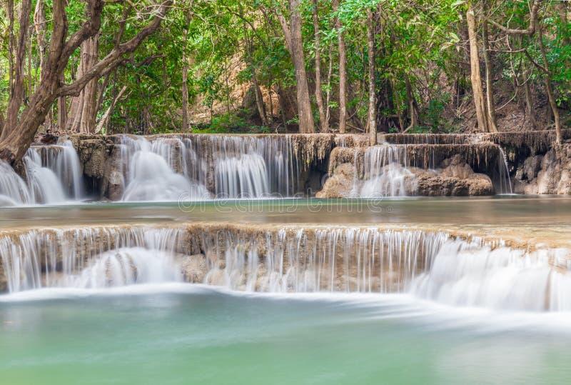 Schöner Wasserfall kaskadiert in Nationalpark Erawan in Thailand stockfotos