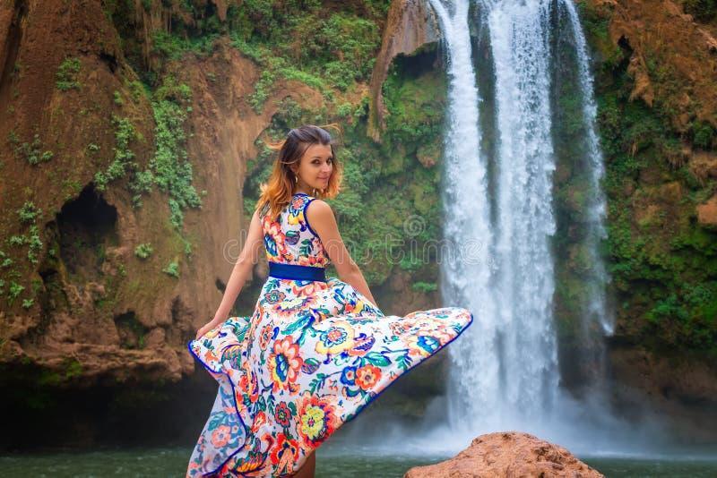 Schöner Wasserfall in Marokko Zurück von der Frau im schönen Kleiderfall Ouzoud Exotische Beschaffenheit von Nord-Afrika, lizenzfreie stockbilder