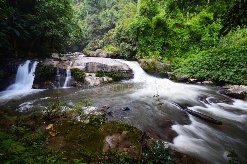 Schöner Wasserfall: Vachiratharn-Wasserfall in Chiang Mai, thailändisch lizenzfreie stockbilder