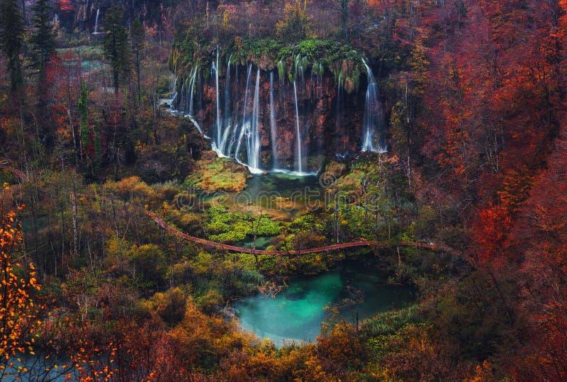 Schöner Wasserfallherbst in Nationalpark Plitvice, Kroatien stockbilder