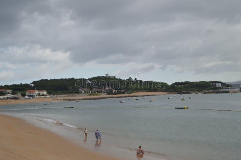 Schöner weißer Sand-Strand der Gefahren im Hintergrund der Palast des Magadalena wird in Santander gefunden 24. August 2013 stockbilder