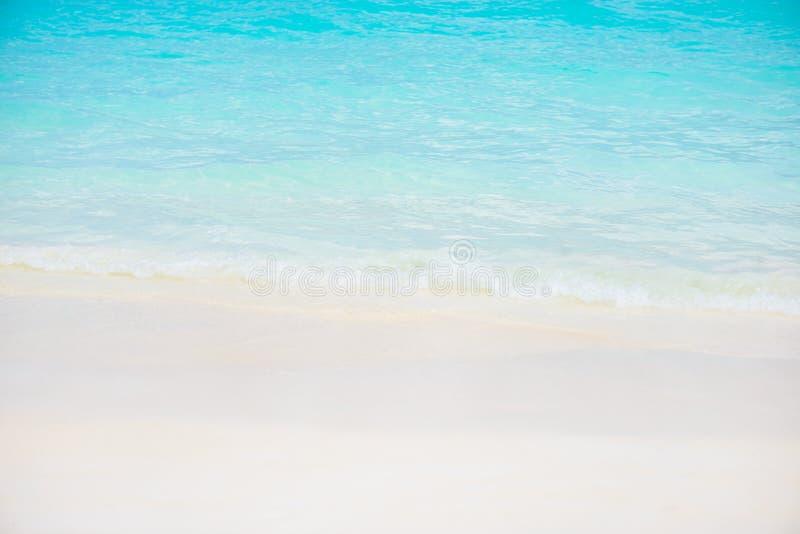 Schöner weißer Sandstrand und tropisches Türkisblaumeer lizenzfreie stockfotografie