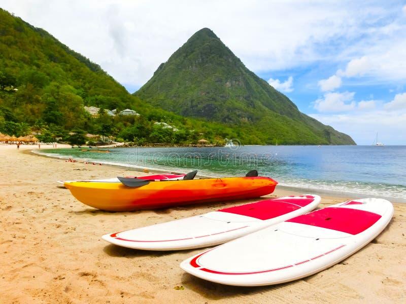 Schöner weißer Strand in der St. Lucia, Karibikinseln lizenzfreie stockfotografie