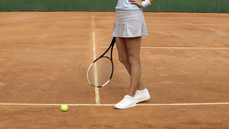 Schöner weiblicher Athlet mit dem perfekten Körper, der oben auf Tennisplatz, Abschluss aufwirft lizenzfreies stockfoto