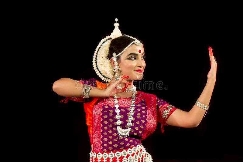 Schöner weiblicher klassischer Odissi-Tänzer, der Odissi-Tanz auf Stadium in der speziellen Kleidung an Konark-Tempel, Odisha, In stockfotos