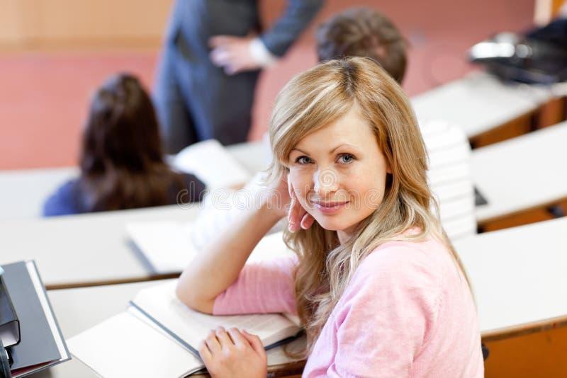 Schöner weiblicher Kursteilnehmer während einer Lektion lizenzfreie stockfotografie