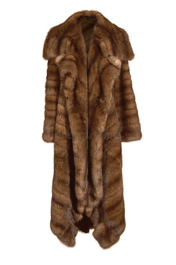 Schöner weiblicher langer brauner Pelzmantel, vom natürlichen Nerzpelz lokalisiert auf Weiß lizenzfreies stockfoto