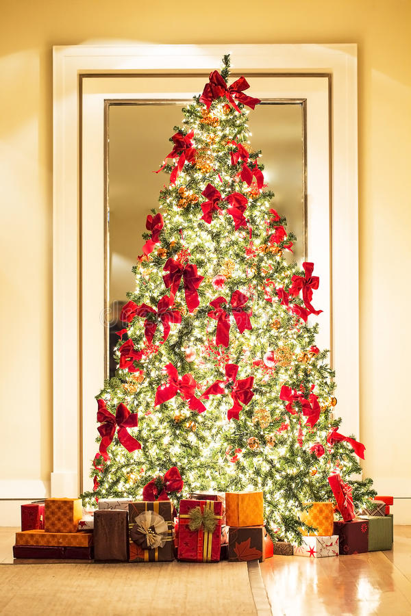 sch ner weihnachtsbaum und geschenke im goldenen raum stockfoto bild von golden tanne 64555484. Black Bedroom Furniture Sets. Home Design Ideas