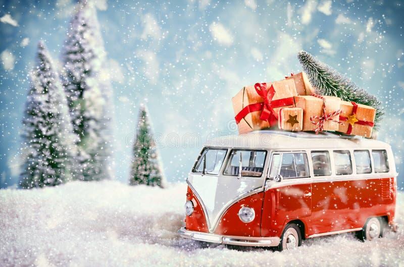 Schöner Weihnachtsbus in der schneebedeckten Landschaft stockbilder